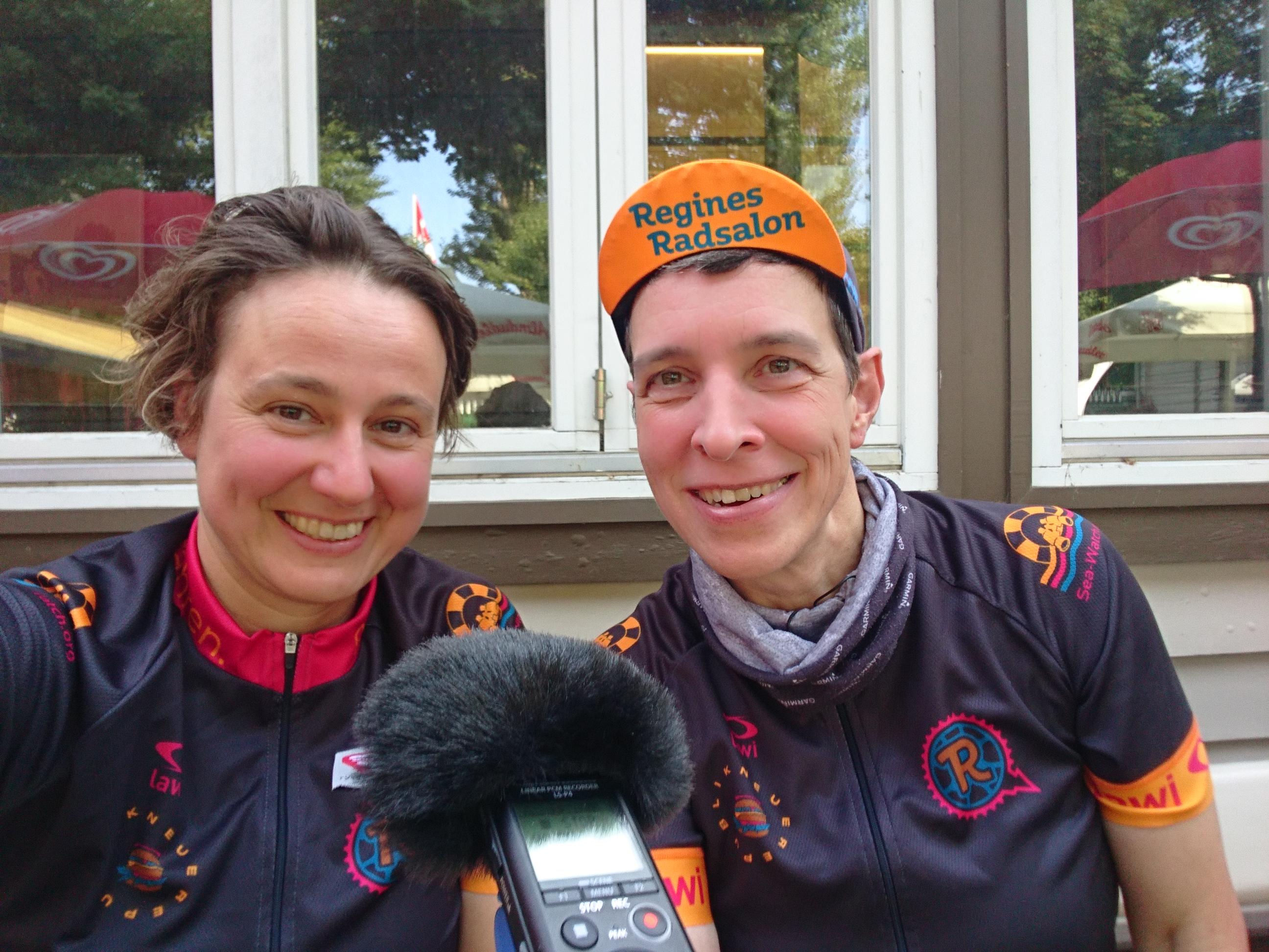 Cornelia Brückner und Regine Heidorn, im Vordergrund ein Mikrofon